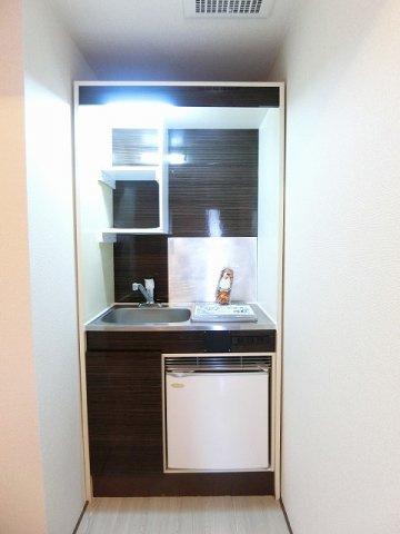 木目調のおしゃれなデザインのキッチンです!場所を取るお皿もすっきり収納できます♪ミニ冷蔵庫がついているので、ペットボトルやビールなども冷やしておけますね☆