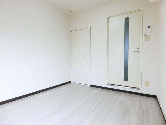 玄関から見て正面、クローゼットのある南西向き洋室4.5帖のお部屋です!お洋服の多い方もお部屋が片付いて快適に過ごせますね♪