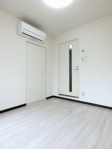 玄関の左手、クローゼットのある洋室4.5帖のお部屋です!大切なお洋服もしわにならないようにハンガーがけができます☆