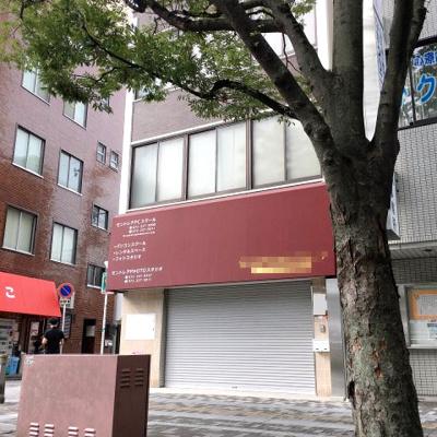 前面広い歩道。堺東市役所、郵便局本局前