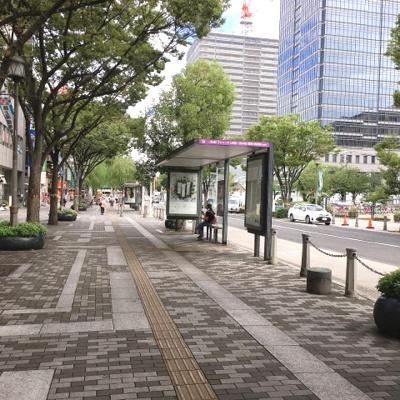 前面広い歩道。バス停前。
