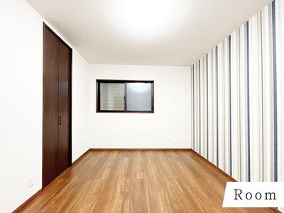 ストライプの壁紙はより天井が高く見えて、お部屋がスッキリ感じますよね☆