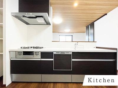 家事の時短の救世主、食洗機搭載! 落ち着いた色のキッチンはカッコイイ!