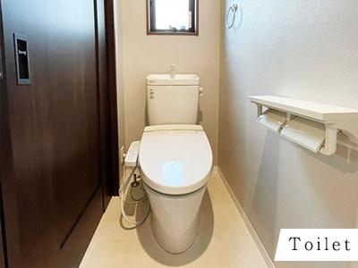 1階トイレ。窓があって喚起もバッチリ!明るさもバッチリ!