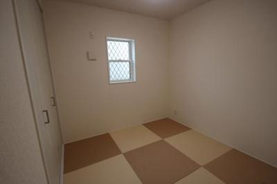 実際に建築したお家の和室になります。 客間にも便利な和室は欲しいけど、オシャレにしたい!!って方にもピッタリなモダンな琉球畳等、ご相談ください♪