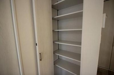 実際に建築したお家の収納になります。 クローゼットに棚をつけたら、衣類以外の物も収納しやすくなりますね♪
