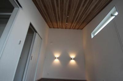 実際に建築したお家の洋室になります。 お部屋を広く感じられる勾配天井等もご相談ください。天井のアクセントクロスも素敵ですね♪
