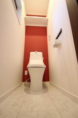 施工例のトイレの写真です。 毎日使う場所だからこそ、好きな壁紙の色・柄でアクセント入れて居心地のいい空間に♪ 奥まで手が届くのでおそうじもしやすいですね☆