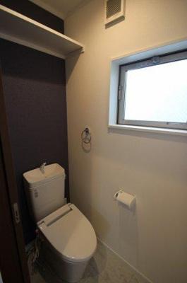 実際に建築したお家のトイレになります。 熱のこもりやすいトイレですが、窓があると光や風を取り込める為、快適ですね♪ットイレットペーペー等のストック棚があると便利ですね♪