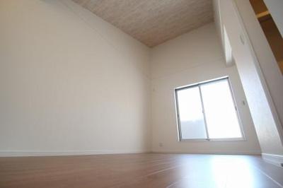 実際に建築したお家の洋室になります。 窓の面積を広くとる事で、日当りが良くなり明るくなりますよ♪