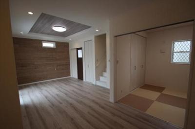 実際に建築したお家のリビングになります。 空間を広く見せる降り上げ天井も出来ますよ♪ご相談ください!(^^)!