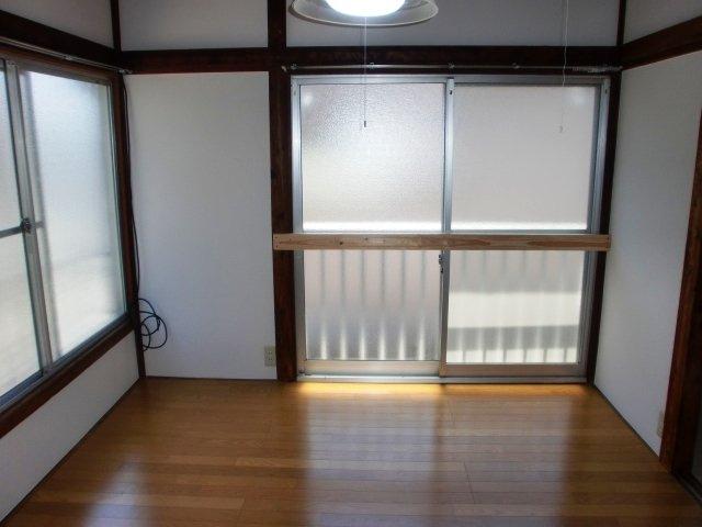 2階の洋室は陽当りが良く開放感があります。
