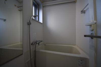お風呂に窓もあってとても開放的です。