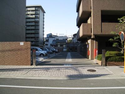 マンション敷地内に駐車場がございます。