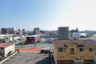 バルコニーからの気持ちのいい眺望♪南西方向の景色が広がり、毎日大きな空を眺められます