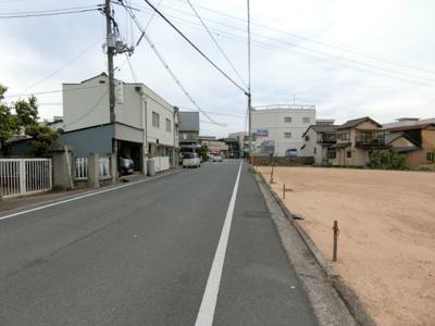 前面道路。東側に向いて撮影。