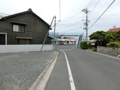 西向きに前面道路を撮影した写真です。