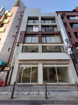 千葉駅 目抜き通りの交差点角のビルです