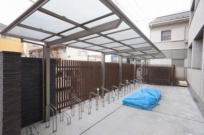 ゆったりとした屋根付き自転車置場です(施工中)