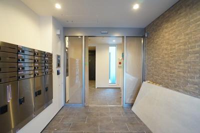 風除室が設けられたエントランス。オートロックそして宅配ボックスも設けられます