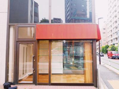 テレ朝通り沿いのガラス貼りの視認性がある1階路面店です