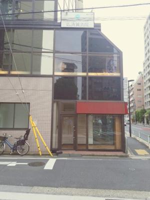 【外観パース】テレ朝通り沿いの3面採光 視認性ある1階路面店です