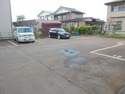 広々とした駐車場は消雪設備が付いています。1台無料、2台目5000円