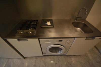 洗濯乾燥機がついた広めのキッチンです