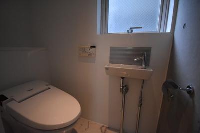 トイレは手洗い場がついてます。