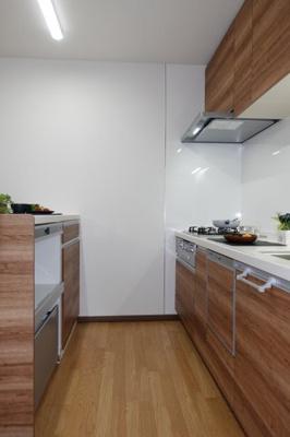 【壁付けの利点!】 リビングのスペースを広く取れる壁付けキッチン。 家事の動線を考えるとキッチンの後ろに すぐカップボードを配置することができて便利ですね。