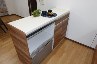 【便利なカップボード】 炊飯器等の蒸気を排出する機能が備わった 優れモノです。 マンションで困るのがゴミ置き場。 カップボード下部にはゴミ箱を設置。 是非、現地で確認してみて下さい!