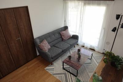 【南西側洋室約6帖】 建材の色合いからモダンテイストも似合いそうな洋室。 主寝室としてもご利用頂ける広さがあり、 大型の家具を置くなど使い勝手も良いです。 メインバルコニーに続く窓なのでとても明るい!
