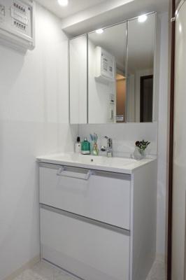【お手入れのし易さと収納力!】 フラット鏡がお掃除し易い3面鏡洗面化粧台! 鏡後ろ・下にも大容量の収納! 日常的に使う物も洗剤の詰替えなども スッキリしまうことができます。 温水シャワー機能付き。
