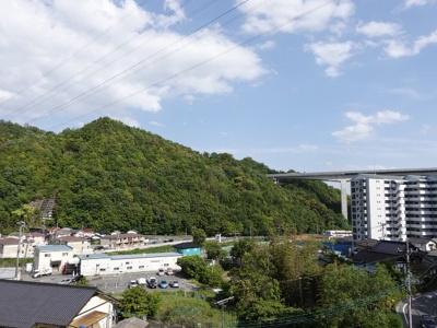 五日市の山並みが見えるまるマンテンビュー!前面棟が無いので自然を感じられる眺望がとれています。
