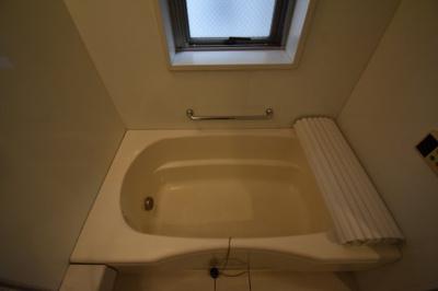 お風呂に窓もあって開放的な空間です。