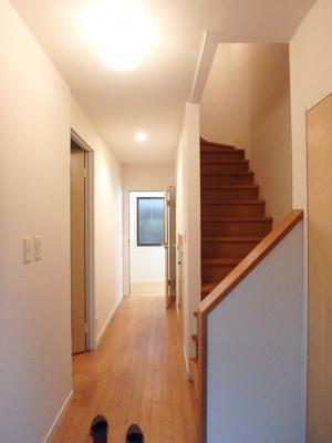 玄関から室内への景観です!右手に2階へ上がれる階段、左手にリビングダイニングキッチンがあります★
