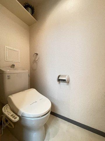 人気のバストイレ別です♪横にはタオルが掛けられるハンガーも付いています♪