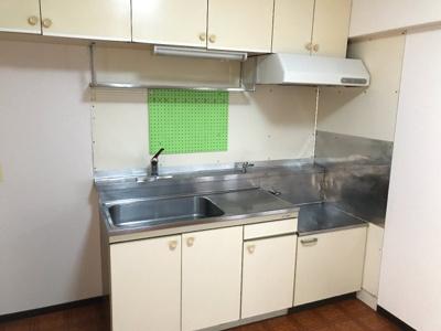 収納豊富なシステムキッチン。物があふれがちなキッチン回りもすっきり片付きそうです。