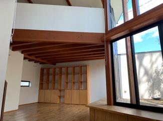 岐阜市大菅北 中古戸建 駐車スペース3台! 造り付けの棚が付いており収納スペース豊富です。