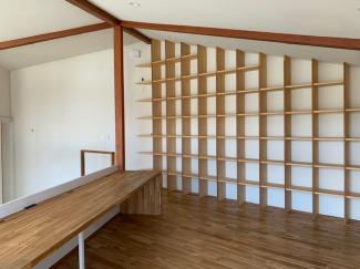 岐阜市大菅北 中古戸建 駐車スペース3台! 2階のも造り付けの棚が付いています。本好きにはたまりません。