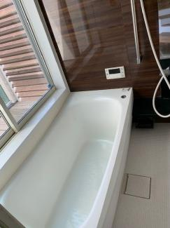 岐阜市大菅北 中古戸建 駐車スペース3台! お風呂から外の景色が眺められます。中二階の部分に開放感なお風呂を作りました♪
