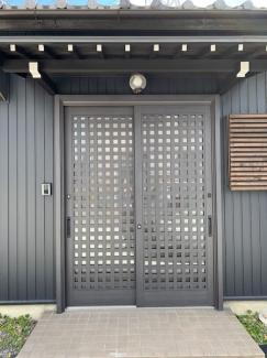 岐阜市大菅北 中古戸建 駐車スペース3台! 平屋の玄関。引き戸になっております。