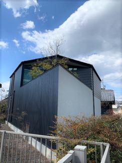 岐阜市大菅北 中古戸建 駐車スペース3台! 南側からの外観です。三角形の中庭スペースはお子様を遊ばせたりワンちゃんのドックランスペースとして、これからの時期お外ご飯満喫出来ます♪