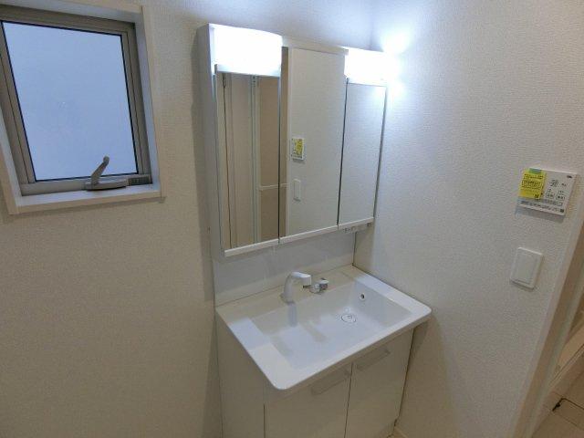 独立型の洗面台 小窓が有り換気ができます。 (施工例)