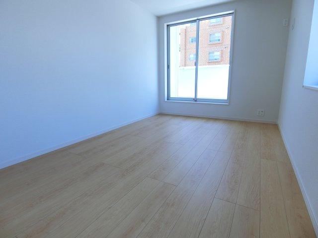 採光のある洋室 2階にはロフトもあります♪ (施工例)