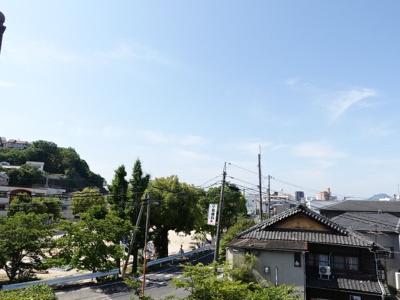 丹那の山並みと、公園が目の前!前面に建物が無いので眺望もよいですね!