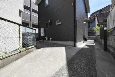 駐車場、軽自動車のみ駐車可能。普通車は別途14,000円税別で別ガレージあり。