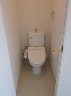 落ち着いた色調のトイレです(同物件別号室の参考写真です)