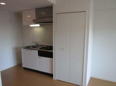 キッチンです(同物件別号室の参考写真です)