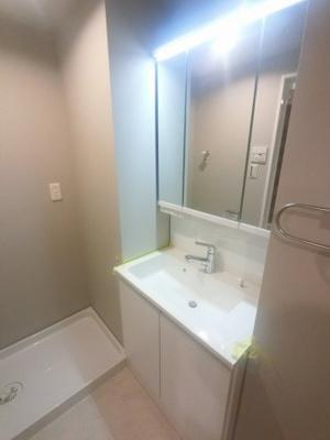 三面鏡付洗面化粧台 収納豊富なため水廻りをスッキリ清潔に保てます。